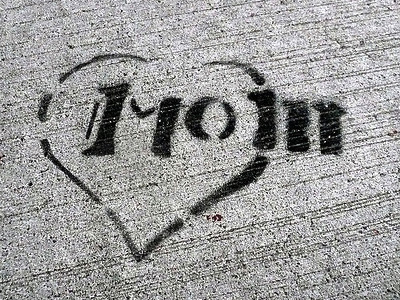 'Mom' spray painted on cement.