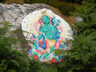 Una pintura de Tara Verde sobre una piedra.