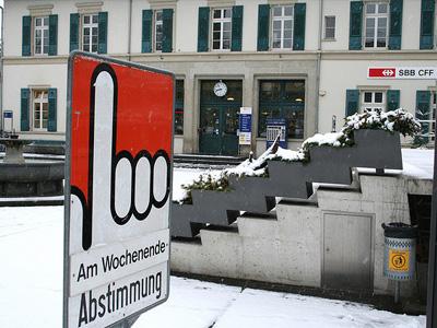"""Ein Zeichen, das sagt """"Am Wochenende Abstimmung""""."""
