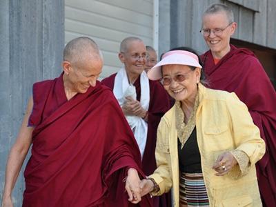 Die Ehrwuerdigen Chodron, Tarpa, und Semkye begleiten Ihre Heiligkeit Dagmo Kusho zum Gaestehaus des Klosters's.